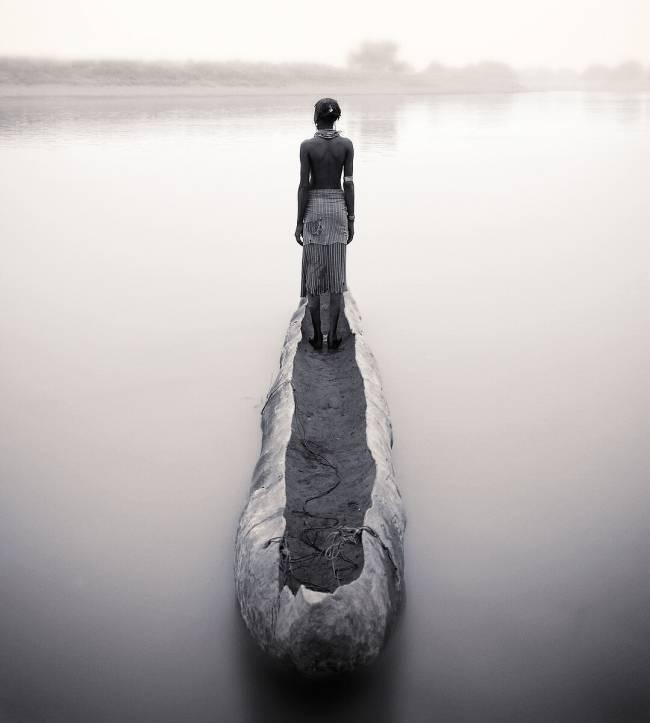 Ethiopie r gion sud noir et blanc femme dassanech de dos debout dans pirogue sur l 39 omo de - Photo noir et blanc femme de dos ...