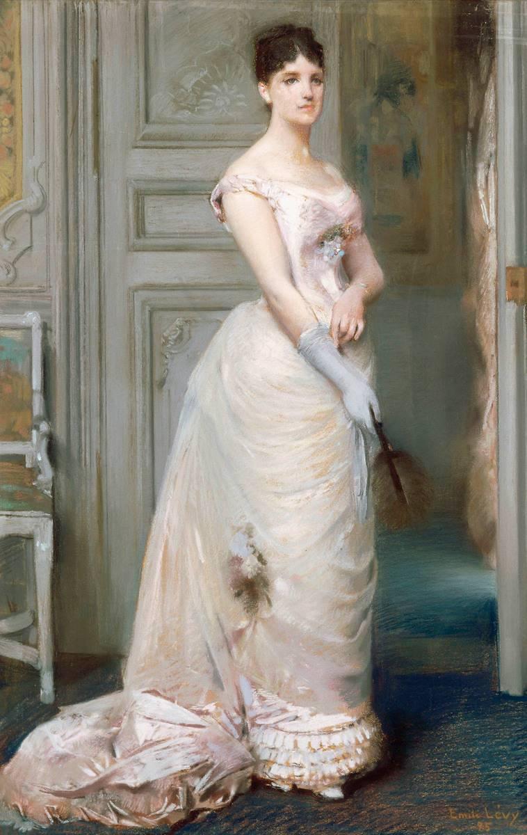 De Femme Un Et Soirée Jeune Debout D'une Vêtue Rose Robe Enfilant gq6Xv