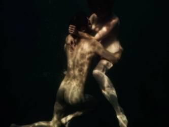 Eira & Lukas dans l'eau claire, nu (Elinleticia Högabo) - Muzeo.com