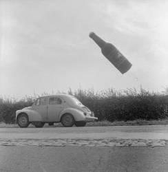 Une bouteille de bière volante, publicité pour une brasserie près d'Ypres en Belgique (Rue des Archives) - Muzeo.com
