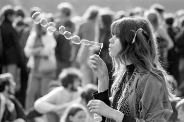 Une jeune Hippy faisant des bulles à un concert de musique Pop en 1969 (Umberto anonyme) - Muzeo.com