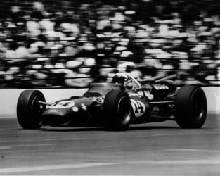 A. J. Foyt remportant la course d'Indianapolis de 500 miles de 1967 (Umberto anonyme) - Muzeo.com