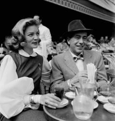 Actors Humphrey Bogart and Lauren Bacall in a Cafe in Paris (REPORTERS ASSOCIES) - Muzeo.com