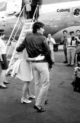 Alain Delon accueille Romy Schneider à l'aéroport de Nice, Côte d'Azur, le 12 août 1968 (Rue des Archives) - Muzeo.com