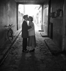 Amoureux à Paris dans une impasse - 1965 (Bloncourt Gérald) - Muzeo.com