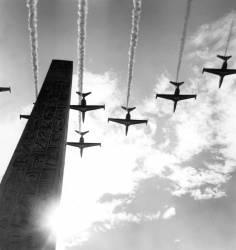 Avions de la patrouille française au-dessus de l'obélisque à Paris (Rue des Archives) - Muzeo.com
