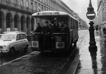Bus sur la nouvelle route contre le flux de la circulation (Rue des Archives) - Muzeo.com