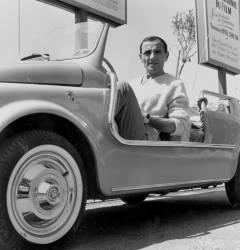 Charles Aznavour au festival de Cannes (Rue des Archives) - Muzeo.com