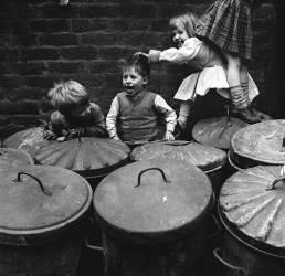 Des enfants jouants avec des poubelles (anonyme) - Muzeo.com