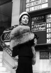 ELEGANTE A LONGCHAMPS 1953 (Keystone) - Muzeo.com