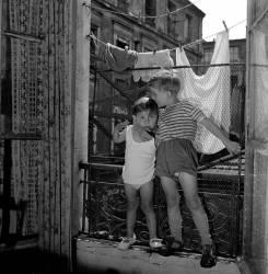 Enfant à la fenêtre. Paris 11e – 1957 (Gérald Bloncourt) - Muzeo.com