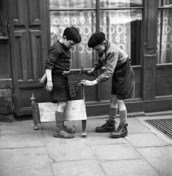 Enfants à la planche à roulettes. Belleville - Paris – 1951 - (Gérald Bloncourt) - Muzeo.com