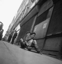 Enfants à la planche à roulettes. Belleville à Paris – 1951 (Gérald Bloncourt) - Muzeo.com