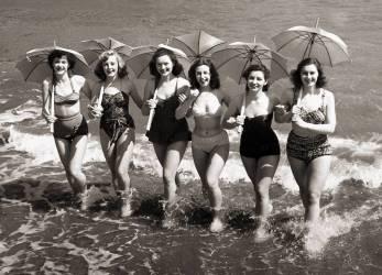 Des jeunes femme durant le spectacle Revels en 1951 (anonyme) - Muzeo.com