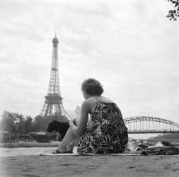 JEUNE FEMME PRENANT LE SOLEIL SUR LES BORDS DE SEINE A PARIS EN 1965 (Keystone) - Muzeo.com