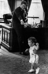 John Fitzgerald Kennedy avec son fils à la Maison Blanche en 1961 (Anonyme) - Muzeo.com