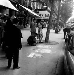 juillet 1954- Dessinateur sur trottoir , Bd St Michel - Paris- (Gérald Bloncourt) - Muzeo.com