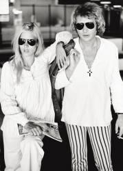 La chanteuse Sylvie Vartan et son mari, le chanteur et acteur Johnny Hallyday (Jean-Philippe (Jean-Philippe) Smet), posent dans des vêtements décontractés. (Umberto anonyme) - Muzeo.com