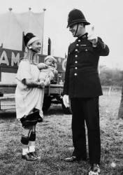 La femme giraffe avec son bébé demandant son chemin à un policier (Anonyme) - Muzeo.com