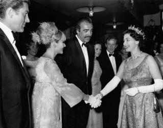 La reine assiste à l'avant première du dernier James Bond (Anonyme) - Muzeo.com