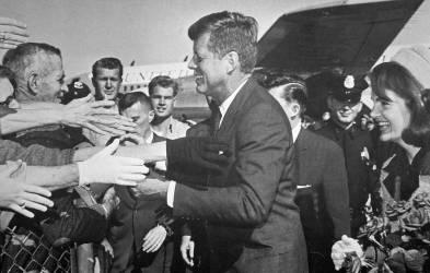 Le président et Mme Kennedy arrivent à l''aéroport de Love Field à Dallas le jour de son assassinat, le 22 Novembre 1963 (anonyme) - Muzeo.com