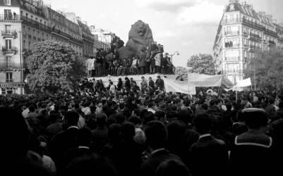 Mai 1968 – Manifestation à Denfert-Rochereau – Paris 1968 (Gérald Bloncourt) - Muzeo.com
