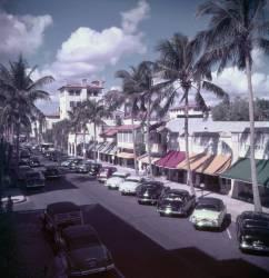 Palm Beach Street (Slim Aarons) - Muzeo.com