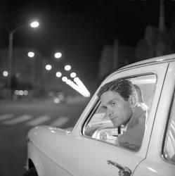 Rome juillet 1960. L'ecrivain realisateur intellectuel italien Pier Paolo Pasolini (1922-1975) au volant d'une voiture. (anonyme) - Muzeo.com