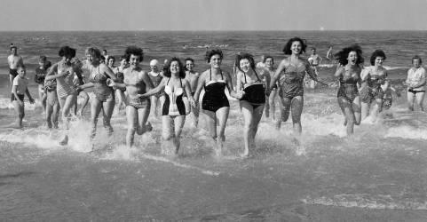 Concours du dimanche sur la plage à South Beach à Lowestoft en août 1958 (Anonyme) - Muzeo.com