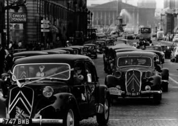 50 ans de la traction Citroën à Paris en 1984 (anonyme) - Muzeo.com