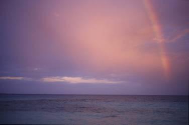 Arc-en-ciel au moment du crépuscule, Polynésie Française (Véronique Durruty) - Muzeo.com