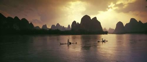 Asie, Chine, Guilin. Pêcheurs de cormorans sur la rivière Lijiang au coucher du soleil (Till Leeser) - Muzeo.com