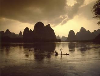 Asie, Chine, Guilin. Pêcheurs de cormorans sur la rivière Lijiang au coucher du soleil (Leeser Till) - Muzeo.com