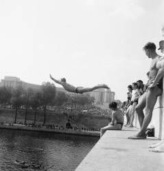 Baignade dans la Seine au Trocadéro, Paris, août 1945 (KEYSTONE) - Muzeo.com