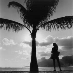 Brazil, Rio de Janeiro, A woman waiting at the beach (Pablo di Giulio) - Muzeo.com