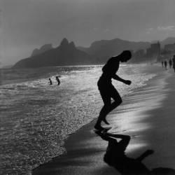 Brazil, Rio de Janeiro, People's silhouette at the beach (Pablo di Giulio) - Muzeo.com