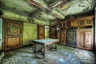 Bureau avec un coffre-fort dans une ferme abandonnée, Maison Heinen (Sure, Lux, Luxembourg) (Starflinger Andy) - Muzeo.com