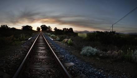 Chemin de fer au coucher de soleil (Hillier Ross) - Muzeo.com