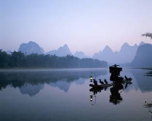 Chine, province du Guangxi, Guilin / Yangshuo, rivière Li / Pêcheur de cormorant à l'aube (Eurasia Press) - Muzeo.com