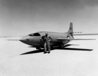 Chuck Yeager, pilote Américain Avec son Avion (Rue des Archives) - Muzeo.com