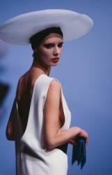Défilé Cardin Haute Couture Printemps-Eté 1985 (Daniel Simon) - Muzeo.com
