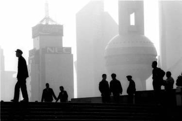 En regardant le nouvel horizon de Pudong, nouveau site moderne de Shanghai, Chine (Daniele Mattioli) - Muzeo.com