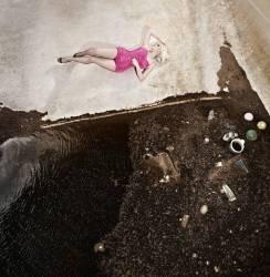 Femme couchée sur le sol (Maria Rutherford) - Muzeo.com