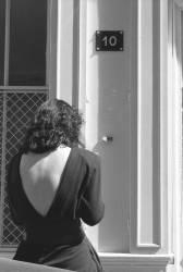 Femme en robe au dos échancré (Michel Sfez) - Muzeo.com