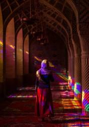 Femme Iranienne dans la Mosquée Nasir ol-Molk, Chiraz, Iran (Eric Lafforgue) - Muzeo.com