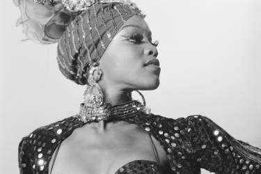 Femme portant des bijoux et des vêtements ornés (David Turnley) - Muzeo.com