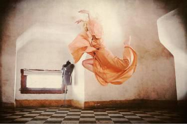 Jeune danseuse sautant dans une robe couleur pêche (Bell Courtney) - Muzeo.com