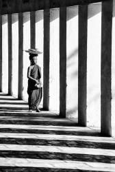 Jeune moine bouddhiste en route pour déjeuner, Mandalay, Birmanie / Myanmar (John Warburton-Lee) - Muzeo.com