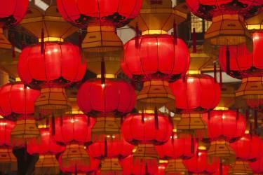 Lanternes colorées célébrant la Fête des lanternes pendant le Nouvel an chinois, vue de nuit (Keren Su) - Muzeo.com
