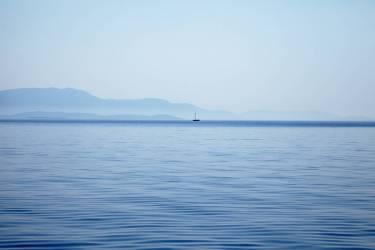 Mer tranquille avec bâteaux (Pat Swain) - Muzeo.com